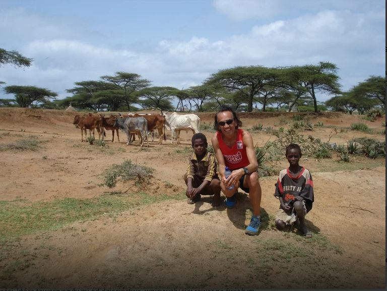 """Lecimy dalej! O """"Biegaj i Zwiedzaj"""", pandemii, maratonie w Etiopii opowiada Przemek Walewski"""